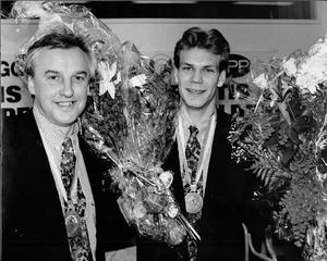 VLT 910506. Curre Lundmark, tränare, och Nicklas Lidström, med sina nya guldmedaljer från VM.