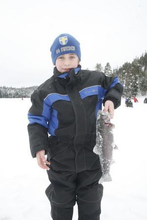 Anton Eriksson drog upp sin största fisk någonsin, en regnbåge på drygt 1,5 kilo.