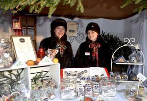 Madeleine Nilsson och Ulrika Sundin belönades med pris för bästa monter på julmarknaden. De driver företaget