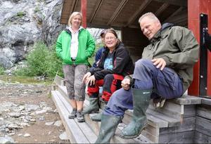 Projektet har präglat livet i Nordhallen i åtta år och skapat stor sammanhållning mellan byborna. Vi har inga fritidsproblem, skrattar Anneli Hellstrand (stående). Maken Bengt, Eleanor Lundberg, och Janne Andersson (närmast) instämmer.