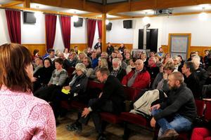 Informationsmöte om planerna på det asylboende i det nedlagda äldreboendet Berghem som lockade närmare 100 personer till bygdegården i Hoverberg på onsdagskvällen.