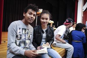 Robert Junior och Princess Lyka Alexander på Torsbergsgymnasiet väntar på att få sina böcker signerade.