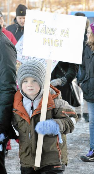 Budskapet var tydligt från den här unga demonstranten.