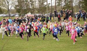 Startskottet har gått och de yngre flickorna rusar iväg på banan på tusen meter.