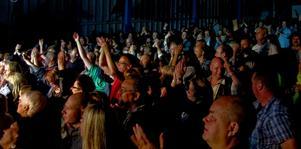 Ös. Drygt 600 personer betalade in sig i Kärrgruveparken för att se Magnum Bonum spela under fredagskvällen.