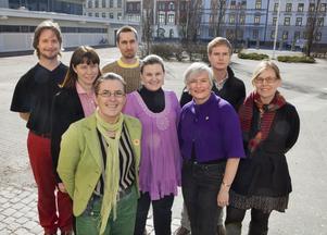 En hel bukett. Åtta av Miljöpartiets tio språkrörskandidater poserar utanför Latinskolan i Malmö där de presenterades vid en öppen utfrågning i lördags.foto: scanpix