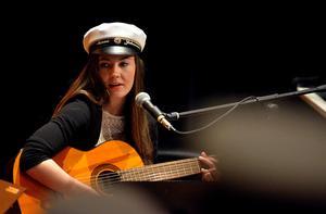 Sanna Johansson framförde en annorlunda version av nationalsången.