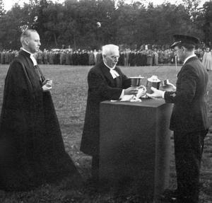 Poltavasilvret lämnas vidare. När regementet lades ned 1927 förvarades nattvardsilvret först i Domkyrkan innan domkyrkosyssloman Karl Hugo Berggren 1943 överlämnade det till F 1 och flottiljpastor Simon Forshem, under överinseende av biskop John Cullberg, längst till vänster, vid en ceremoni på idrottsplatsen på Viksäng.