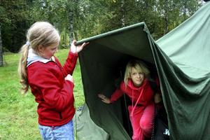 Efter lägerlivet ska tältet städas och all packning bäras till bussen. Victoria Boberg och Maria Karlsson ligger i.
