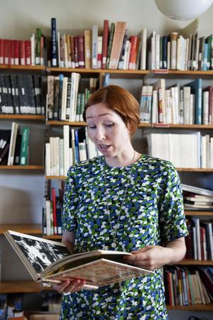 I kulturinstitutets bibliotek har Malin plockat delar till sitt verk In the Near Past.