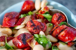 Bönor och chorizo är ett klassiskt exempel på när chorizon får tjänstgöra som smakgivare.