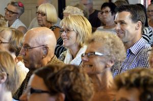 Nöjd publik. Ingela och Kenneth Björkman var två av många nöjda besökare i teatern i Vedevåg.