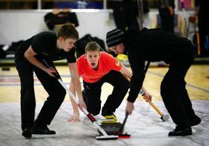 Lag Lindström inledde curling-SM med en seger. Här Christoffer Sundgren, Alexander Lindström och Kristian Lindström.Foto: Olof Sjödin
