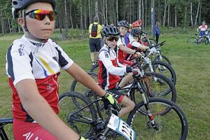 En dryg minut kvar till start. Lukas Andersson, närmast i bild, är taggad inför en tuff MTB-tur i skogen.
