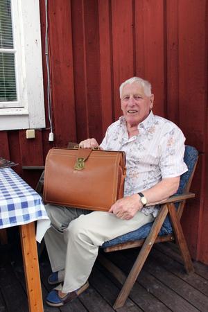 """Väskan med mosterns låtskatt hittades vid ett arvsskifte efter hennes död. Numera delar Lennart Backhouse i Ockelbo rättigheterna till succémelodin """"Den gamla dansbanan"""" med sina brorsbarn. """"Det blir väl någon tusenlapp om året"""", säger Lennart om extrainkomsten till pensionen från Televerket."""