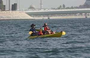 En familj på kanotutflykt utanför Jumeirah-stranden. I bakgrunden syns det berömda Jumeirah Beach Hotel.