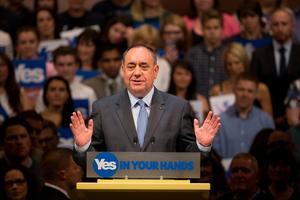 Skottlands försteminister Alex Salmond och frontfigur för ja-sägarna för skotsk självständighet, ger ett tal till supportrar vid konserthuset, i Perth, Skottland. Under torsdagen ska Skottland ha folkomröstning om landet ska bli självständigt eller inte.