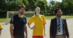 Peter Magnusson som Eric och filmdebuterande Özz Nûjen som Bengtsson i