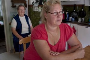 Monika Björklunds mamma Lempi Björklund bor på landsbygden mellan Hallstahammar och Surahammar. Monika har ägnat en god del av semestern åt att jaga telebolaget efter besked om när moderns telefonförbindelse ska vara åtgärdad.