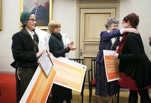 Kommunfullmäktiges ordförande Yvonne Karlén delar ut priset till Mona Magnusson, Ebba Bergström och Siv Emanuelsson.
