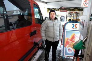 –I jobbet spelar det ingen roll om tankställena ligger utanför stan. Privat skulle det medföra lite extra åkande, men det skulle heller inte vara till något stort besvär, säger Ulf Rydén.