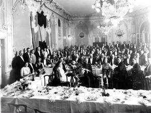 FESTLIGT. Ett 50-årskalas i början på 50-talet i stora matsalen på Grand Hotel. Det ordnades bröllop, födelsedagar och olika föreningar hade årsmöten i hotellets luxuösa matsal. Foto: Länsmuseet Gävleborg.