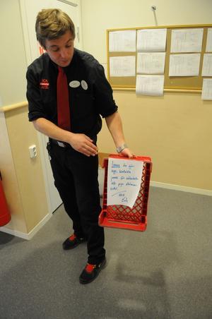 Erik Geijer, köpman på Ica, fick sätta upp avspärrningar för att personalen inte skulle skadas.