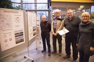 På sambiblioteket kan man studera föreningen Utveckla Härnösands förslag på alternativa hotellplaceringar, fr v Karl Spets, Lars Högberg, Uno Gradin och Agneta Dahlqvist.