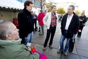 """FRÅGVIS. Ulf Öhlander, längst till höger, ställer trion Andreas Obenius, längst till vänster, följd av Tomas Fransson och Roger Persson i Miljöpartiet till svars. """"Jag vill veta vad ni har gjort konkret för att satsa på skolan"""", undrar Ulf.Foto: Catharina Hugosson"""