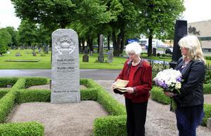 De passade häromdagen också på att besöka sina släktingars grav.