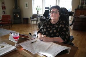 Marianne Eldebrink behöver hjälp med allt i vardagen och blir allt sämre, ändå överväger Försäkringskassan att dra ner på hennes assistans enligt LSS.