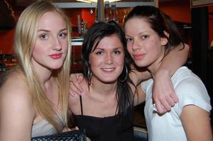 """Isa Sawtelle, Johanna Lindström och Lina Skoog, 18 år, Gävle, studerande: """"Vi lyssnade på dem för länge sen och dom är bra. Det är kul att de spelar i Gävle äntligen""""!"""