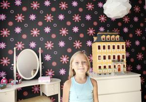 Hos Elin. Det lilla toilette-bordet är en av få gamla möbler i hemmet, ett arvegods från Gunnars farmor. Elin gillar bokhyllan där hon får plats med både leksaker och målar- och pysselblock.