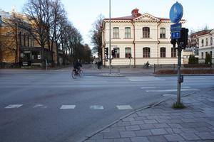 Korsningen Staketgatan-Norra Rådmansgatan får underkänt i undersökningen. Att de vita linjerna är utnötta är en faktor.