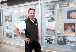 Utanför butiken finns flera klipp från butikens anrika historia samlade i skyltfönster. Thomas Lundström gillar att titta framåt när det gäller butiken, men han tycker också om att ta del av historien.