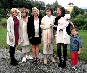 Här ses Rut omgiven av sin familj, från vänster barnbarnsbarnet Victoria Hessel, 23, dottern Inga Blomqvist, 70 år barnbarnet Susanne Hessel, 50 år barnbarnsbarnet Caroline, 30 år och barnbarnsbarnbarnet Klara Joline och Adam, alla med efternamnet Lindström – Hessel.