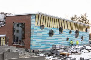 Rehabbassängens fasad är ännu inte helt klar. När bygget började var tanken att det inte skulle ta längre än ett år.