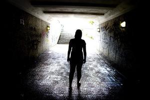 15-åriga Fredrika är lättad över att skåpbilsmannen fälldes för de två övergreppen mot henne. Samtidigt lever hon fortfarande med de hemska minnena och oroar sig för att möta honom igen om domen överklagas till hovrätten.