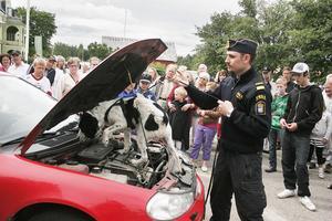 Adam Hübinette från Tullverket och hunden Chang visar hur en narkotikasökhund arbetar.