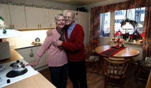 Hemma igen, i nyrenoverat kök. Gunvor och Tage Ohlsson fick bo i en lägenhet i trappuppgången intill medan deras bostad renoverades.