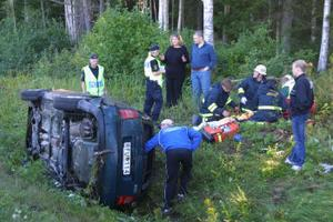 Efter att ha plöjt fram i diket i ett 60-tal meter lade sig bilen på sidan.