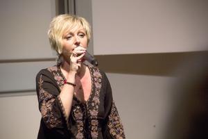 Jessica Falk hittade sin ventil i musiken. Hon skriver låtar som berättar om sorgen men som även förmedlar hopp.