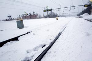 Perrongen på Gävle central var tom på folk under fredagsmorgonen. Kraftig snö och blåst orsakade inställda och försenade tåg.