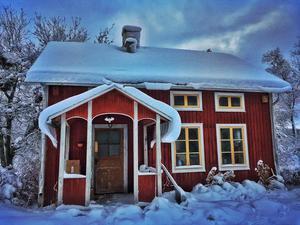 December: Mycket snö till en början, men så började allt smälta undan. Gamla torpstället på vår gård. Utgård, Offerdal.