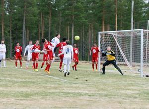 Alla fasta situationer var ett stort hot mot Sveg då Lillhärdals fysiska överlägsenhet gjorde sig påmind.