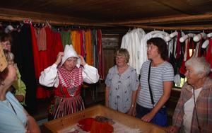 Visning. Under onsdagen var det sakkunnig visning av dräkterna och textilierna på Mas Olles Gammelgård på Björkberget. Margareta Oskarsson visade och berättade om de gamla kläderna Foto:Göran Persson