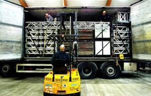Mikael Sundelius och Kalle Locklund lastar ur scenutrustning till Henrik Elving i trucken. Kalle är en av de Sundsvallsbor som rycker in som lokal roddare under galan.