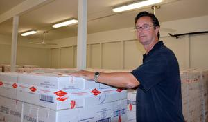 Jan Söderström väntar på att lastbilarna ska hämta de kvarvarande kartongerna till surströmmingspremiären den 21 augusti.