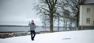 Danel Craig vandrar runt i ett vintrigt Sverige.