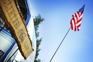 En hel del flaggor vajar under helgen över campingen.